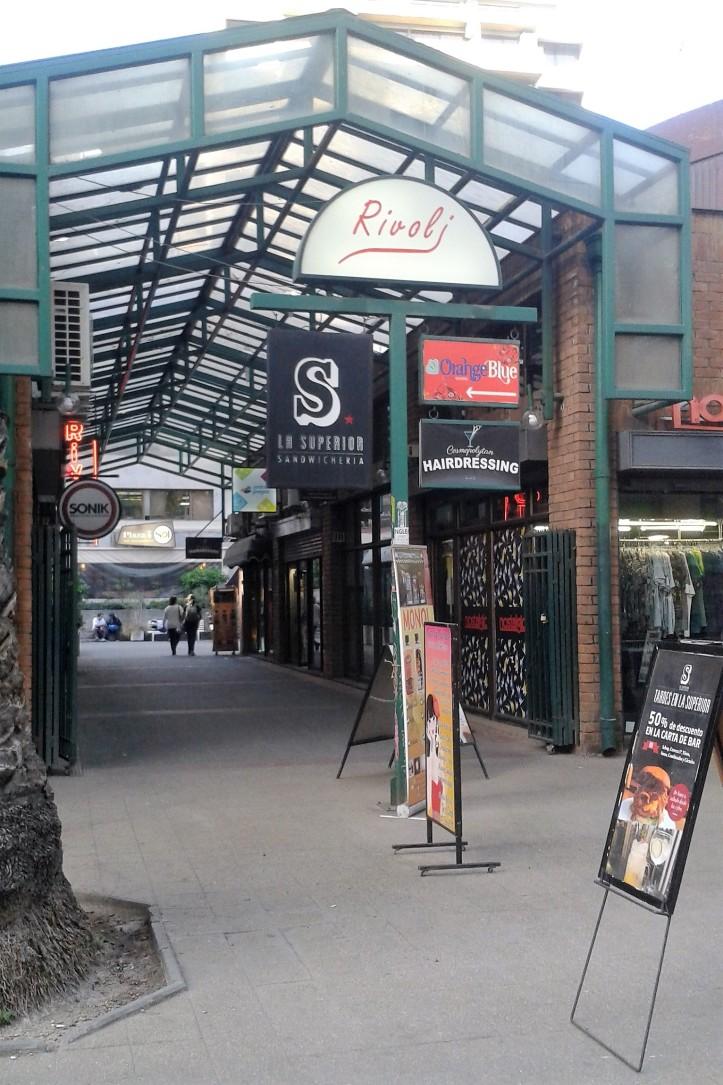Galeria onde se localiza a Entre Juegos em Santiago