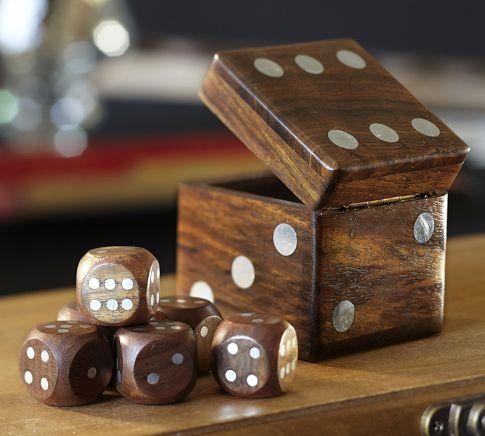Dados com um estojo de madeira lindíssimo