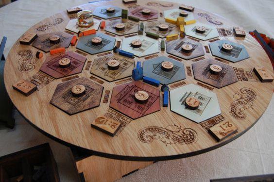 Mesa com o tabuleiro do jogo de tabuleiro Catan