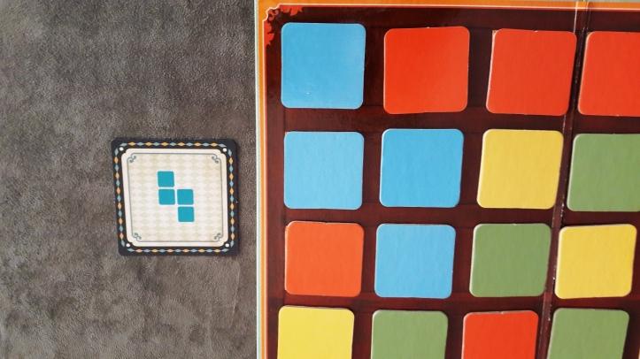 Peças organizadas para formar o padrão da carta em El Switcher
