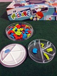 Placa de Petri completa no jogo infantil Dr. Microbe