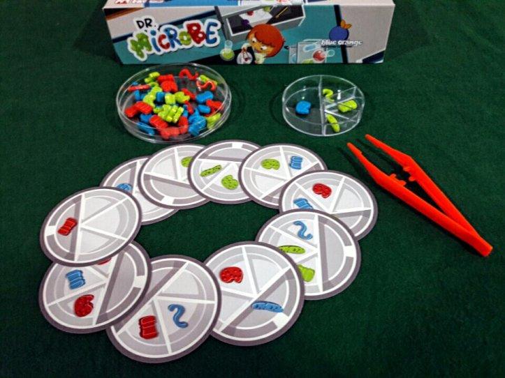 Componentes do jogo infantil Dr. Microbe