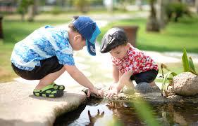 Crianças brincando com água