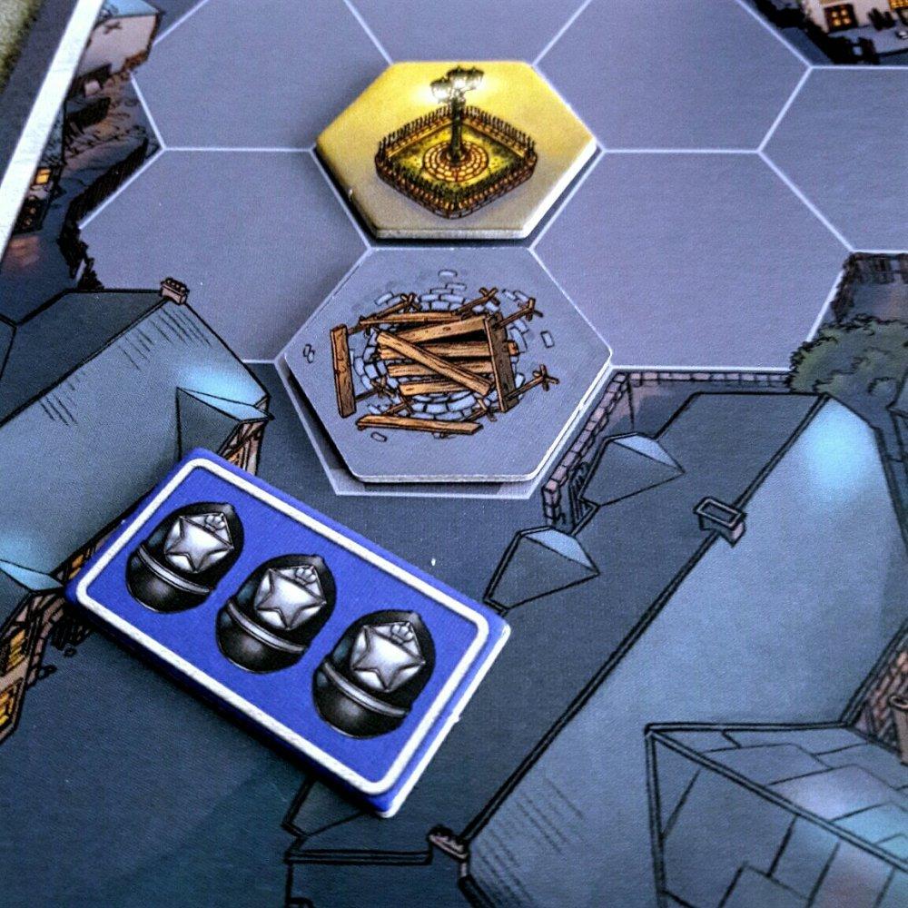 Luminárias, bueiros e barreiras policias no jogo Mr. Jack