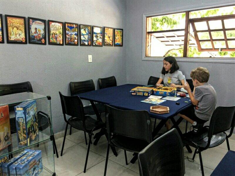 Criançada jogando na Safe House