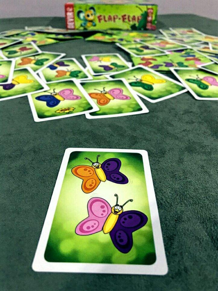 Cartas com duas borboletas no jogo infantil Flap-Flap