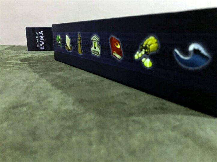 Lateral da caixa do jogo de tabuleiro Luna