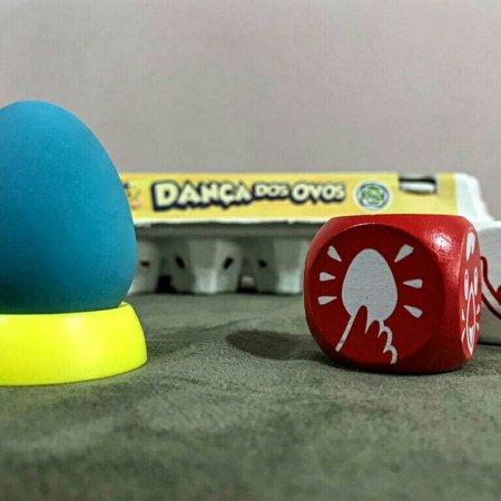 Um ovo de cor diferente para desempate no jogo infantil a Dança dos Ovos