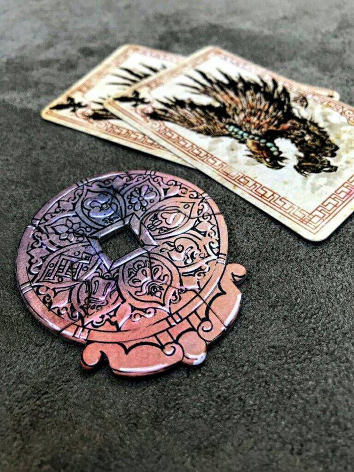 Seja rápido para coletar os cacos do medalhão da concórdia do jogo de cartas Tinco
