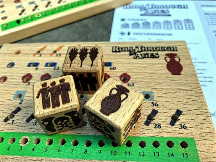 Dados de madeira do jogo Roll Through the Ages