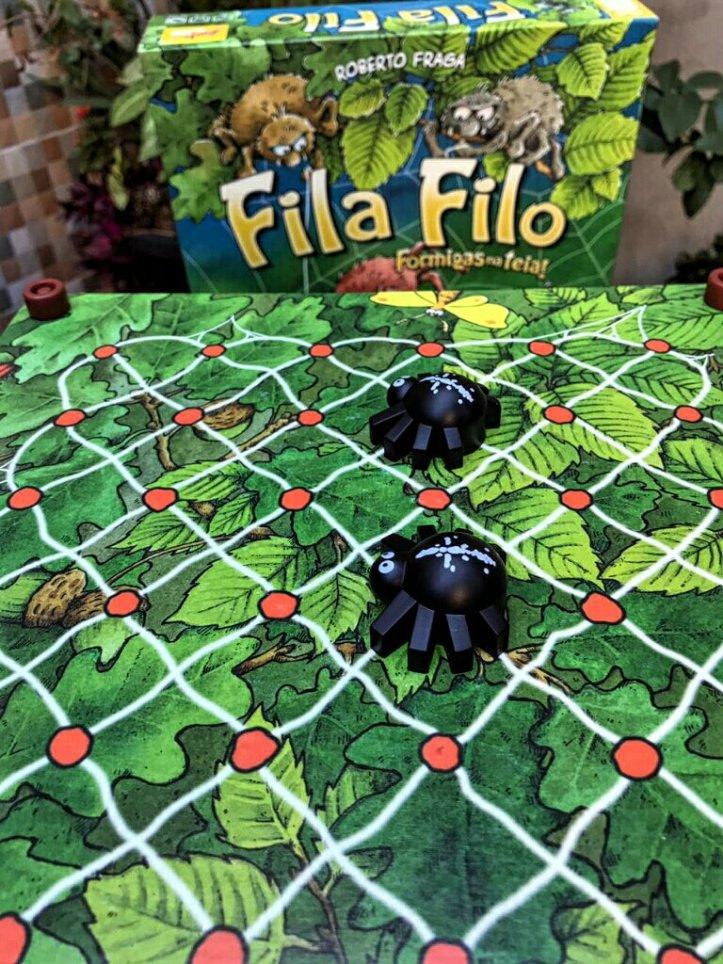Aranhas à espreita na parte superior do tabuleiro do jogo infantil Spinderella