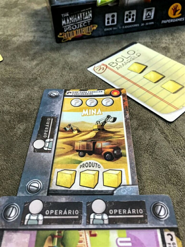 Bolo amarelo do jogo de cartas The Manhattan Project Chain Reaction