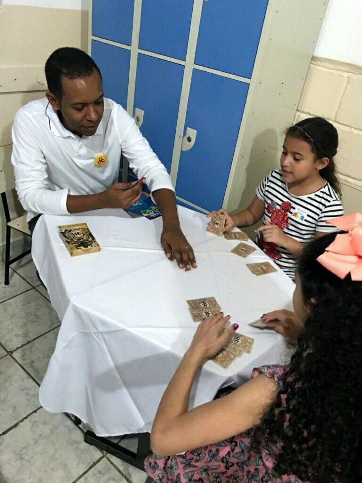 Família jogando Tinco da DEVIR na festa da família na escola Cristã Jardim das Oliveiras