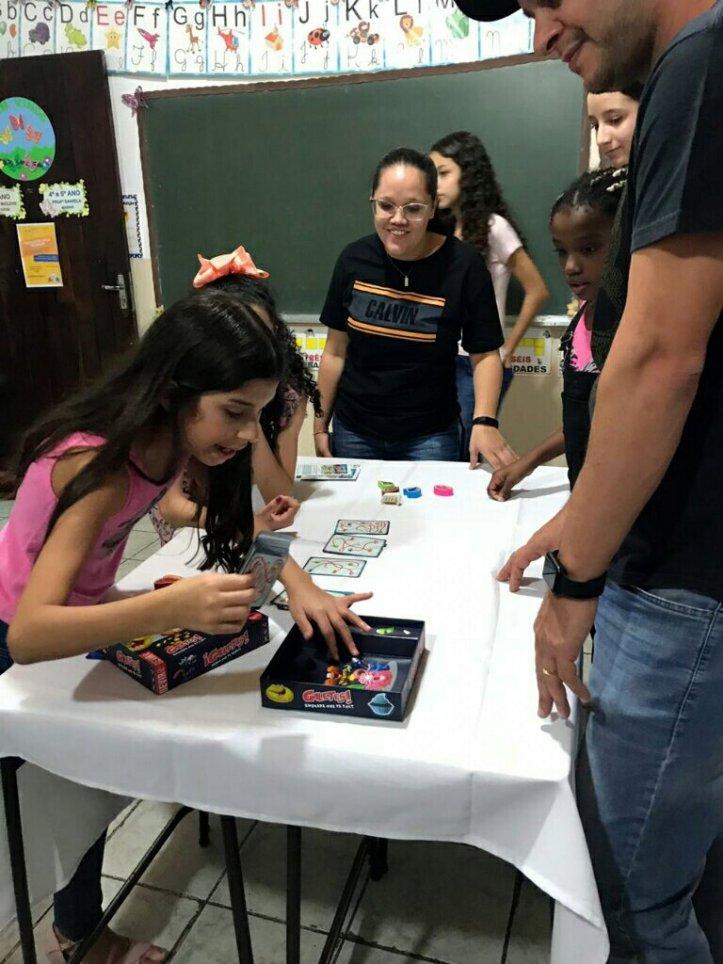 Criançada jogando Bolachas na Festa da Família na escola Cristã Jardim das Oliveiras