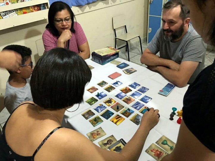 Corajosos aventureiros na Ilha Proibida da DEVIR na escola cristã jardim das Oliveiras
