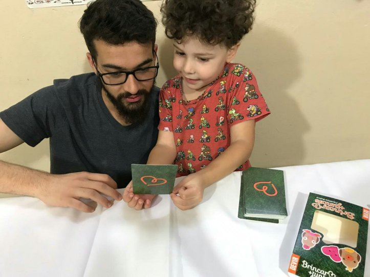 Família jogando Brincar + Juntos da DEVIR