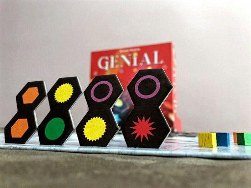 Componentes do jogo de tabuleiro Genial