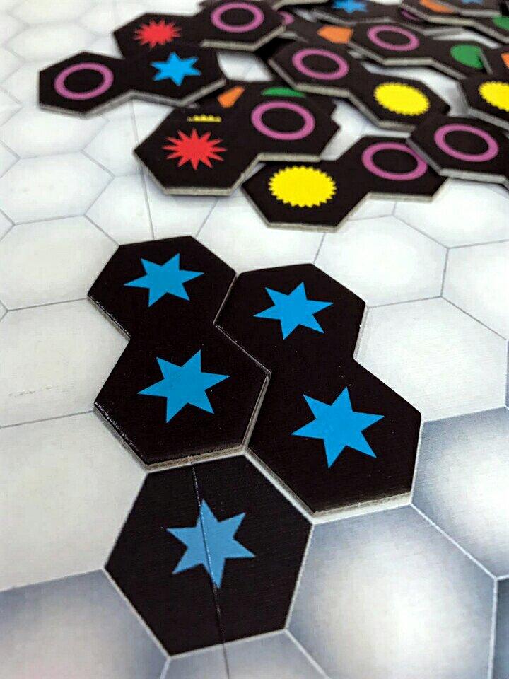Posicionamento das peças no jogo de tabuleiro Genial