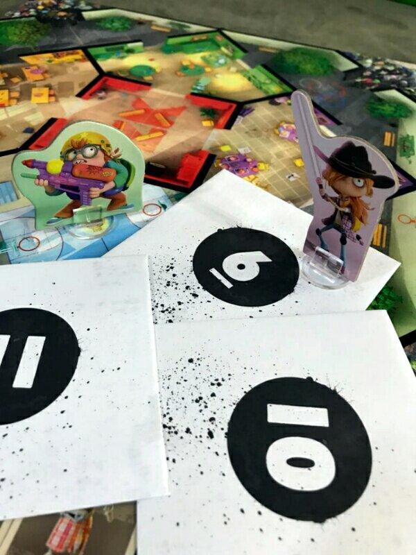 Os envelopes de conteúdo do jogo de tabuleiro infantil Zombie Kidz