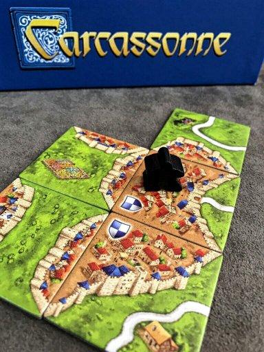 Uma cidade completa no joog de tabuleiro Carcassonne