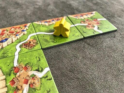 Uma estrada completa vale pontos no jogo de tabuleiro Carcassonne