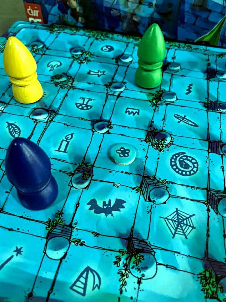 O símbolo mágico no jogo de tabuleiro infantil O Labirinto Mágico