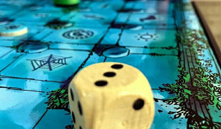 O dado para mover-se no jogo de tabuleiro infantil O Labirinto Mágico