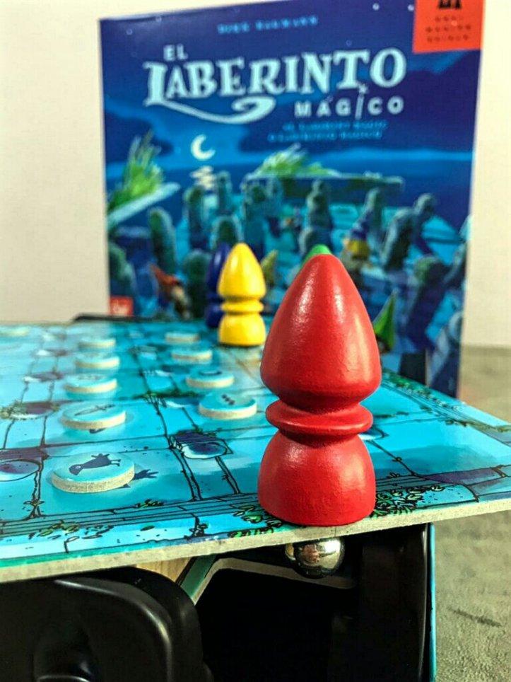 Seu mago e sua bolinha no jogo de tabuleiro infantil O Labirinto Mágico