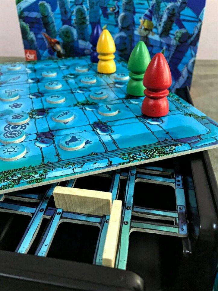 Paredes construídas no jogo de tabuleiro infantil O Labirinto Mágico