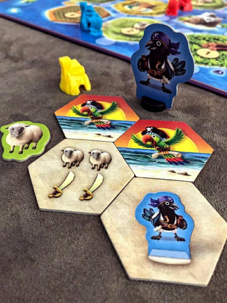 Que tal uma ajudinha do papagaio Coco no jogo de tabuleiro infantil CATAN Junior