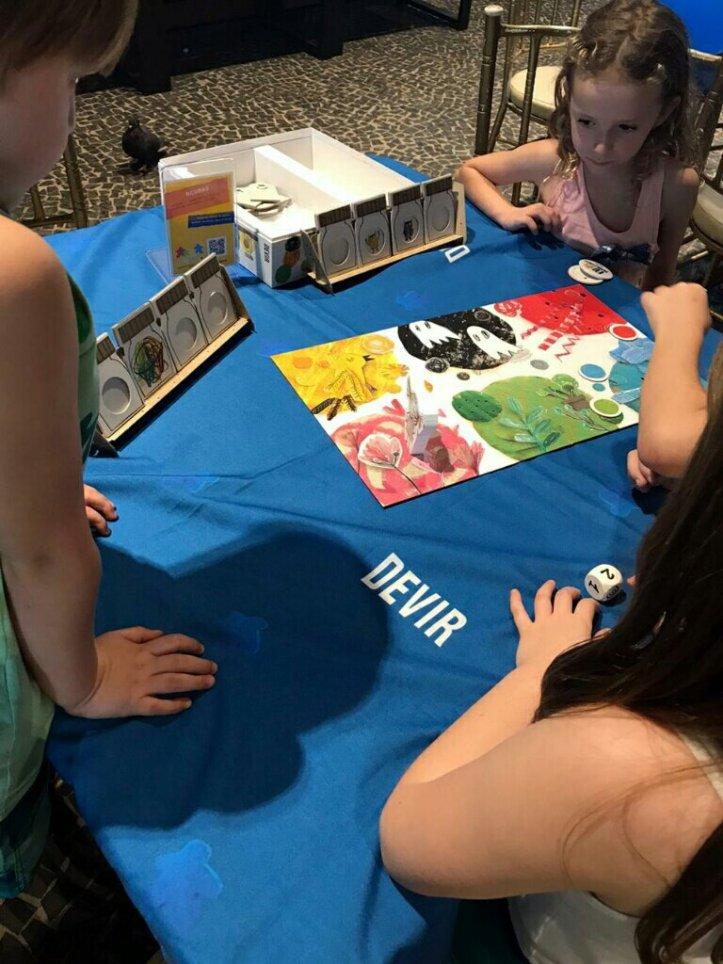 Lidando com os sentimentos no jogo de tabuleiro infantil o Monstro das Cores na Hebraica