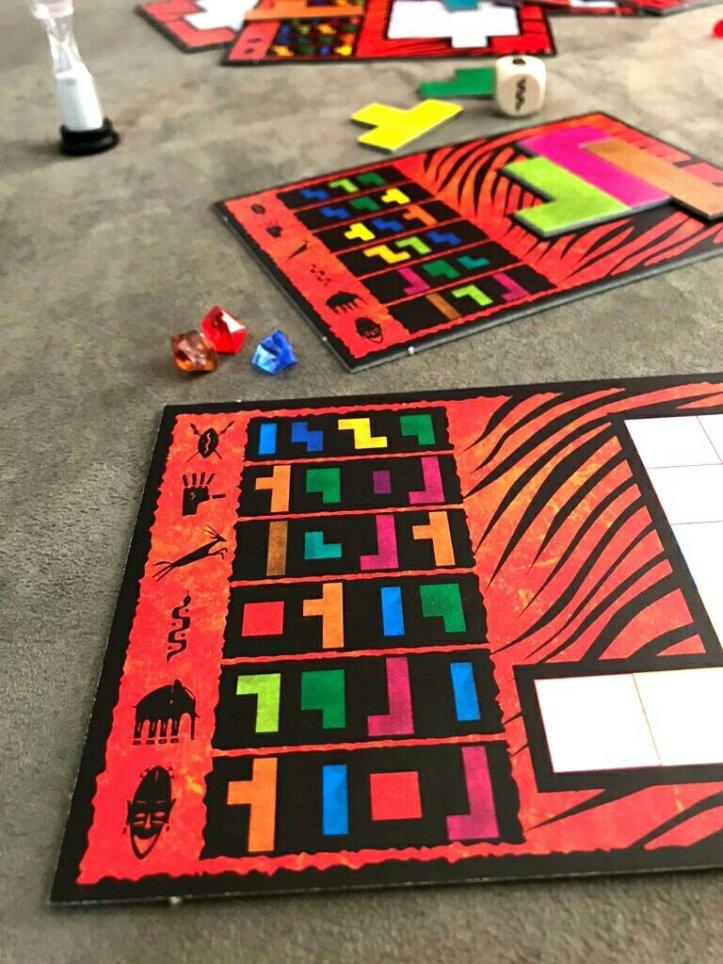 Cada tabuleiro tem quebra-cabeças diferentes no jogo Ubongo