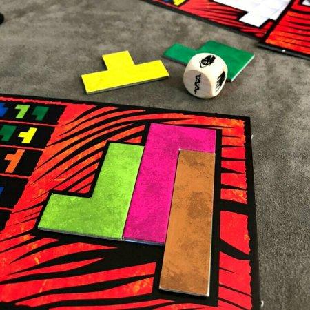 Quebra-cabeça montado no jogo de tabuleiro Ubongo