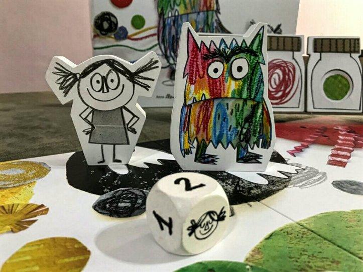 A menina e o monstro no jogo infantil de tabuleiro O Monstro das Cores